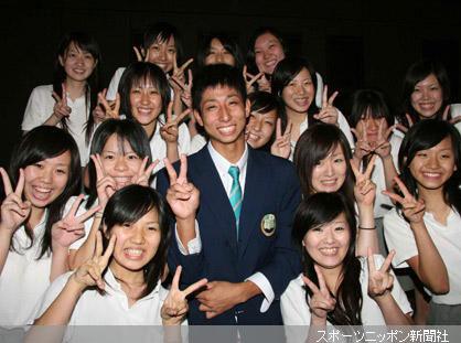 ソフトバンクに1位指名された福田は、女子生徒に囲まれ笑顔