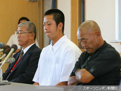 ロッテの1巡目指名を受け困惑した表情で会見する添石校長(左)、大嶺(中)、伊志嶺監督