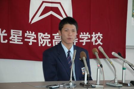 巨人から1巡目指名されたことを受け、記者会見をする光星学院の坂本=八戸市湊高台の同校で25日午後2時50分、後藤豪写す