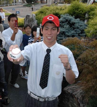 広島の帽子をかぶり、笑顔でポーズをとるPL学園の前田=大阪府富田林市の同校で25日午後3時51分、大西達也写す