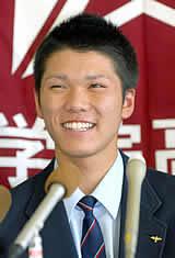 巨人に1巡目で指名され、笑顔で記者会見する光星学院の坂本勇人内野手