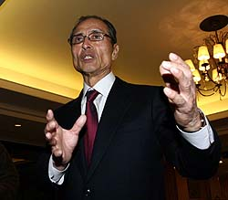 OB会総会に出席した王監督。ハンカチ王子との会話はなかったが、熱いエールを送った=撮影・原田史郎