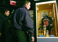 米野球殿堂博物館を見学した斎藤投手ら選抜チーム。WBCでMVPを獲得した西武・松坂のユニホームに思わず熱視線=30日、米ニューヨーク・クーパーズタウン(代表撮影)