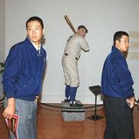 野球殿堂博物館のベーブ・ルースの像の前を歩く駒苫・田中(左)