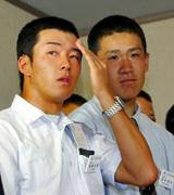 米遠征から帰国し解団式に臨む斎藤(左)と田中。今日はハンカチはなし?(撮影・宮崎幸一)