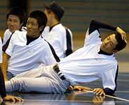 親善試合を翌日に控え、室内練習場で身体をほぐす斎藤(AP)