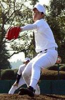 紅白戦で気迫のこもった投球を見せる早実・斎藤(撮影・前田祐輔)