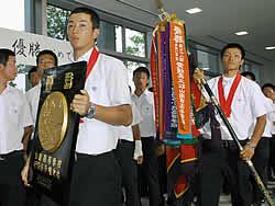優勝祝賀会で優勝盾を手にする斎藤(左)、後藤主将(右)ら早実ナイン=22日、東京都国分寺市
