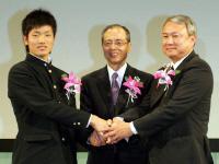 毎日スポーツ人賞の授賞式で握手を交わす王監督(中央)と早実・和泉監督(右)と後藤キャプテン=都内のホテル