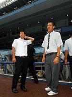 ヤンキースタジアムに立つ駒大苫小牧・田中(右)と早実・斉藤