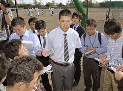 「プロ志望届」を提出し、記者会見する駒大苫小牧の田中将大投手(中央)=13日午後、北海道苫小牧市の同校