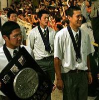 新千歳空港に到着した駒大苫小牧・田中(右)と本間篤主将