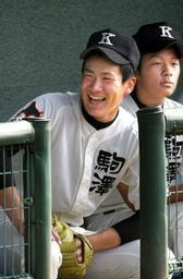 ベンチで笑顔の田中投手=4日午前、高砂市野球場で
