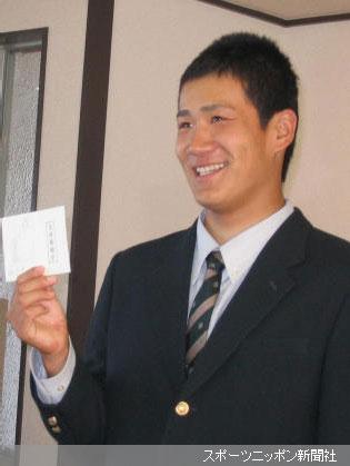 楽天・野村監督からの直筆サインと「縁」と書かれた交渉権確定用紙を受け取った駒大苫小牧・田中