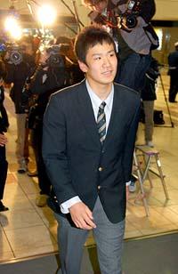 多くの報道関係者が待ち構える中、仙台空港に到着した駒大苫小牧高の田中将大投手=14日夜