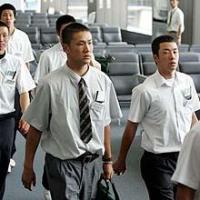 アメリカ行きの搭乗口に向かう駒大苫小牧・田中(左)と早実・斎藤