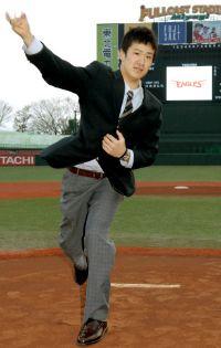 田中はフルキャストスタジアム宮城のマウンドで投球ポーズを披露