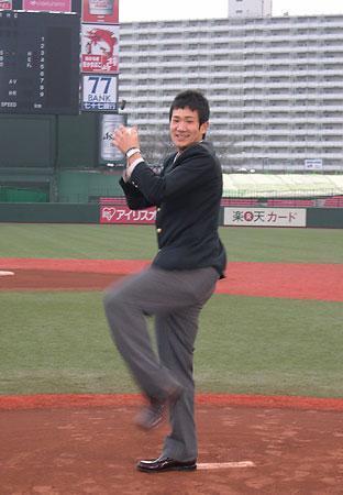 楽天の本拠地、フルキャストスタジアム宮城を見学し、マウンド上で投球ポーズを取る田中将大投手