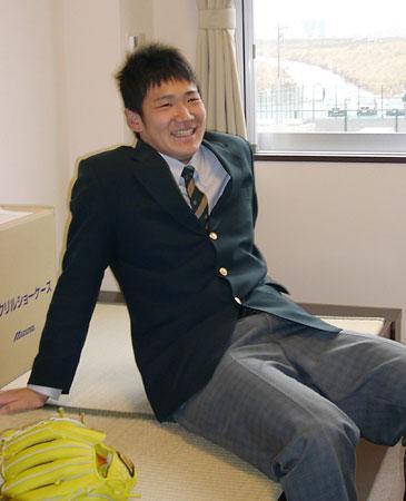 楽天の合宿所に入り、部屋でくつろぐ北海道・駒大苫小牧高の田中将大投手。