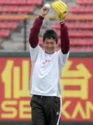 笑顔を見せながらキャッチボールをする田中=フルキャストスタジアム宮城で