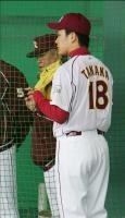 投球後、野村監督から20分間アドバイスを受ける楽天・田中(右)=沖縄・久米島野球場(撮影・吉澤敬太)