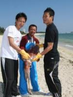地元漁師が釣り上げた12キロのセーイカ(ソデイカ)を手に「デカイ!」とビックリの永井(左)と田中