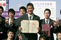 卒業証書を手に同級生らと記念写真におさまる田中(中央)=駒大苫小牧高校