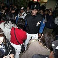 日本ハム・ダース(右)新入団選手歓迎式典でもみくちゃに(撮影・黒川智章)