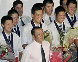 準優勝の報告会で笑顔の田中(中央)ら駒大苫小牧ナイン。手前は香田監督=22日、北海道苫小牧市