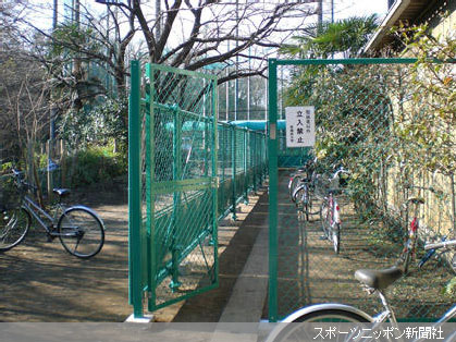 安全対策のため、野球部グラウンド出入り口に設置されたフェンス