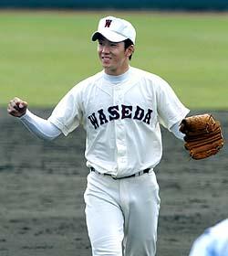 夏の高校野球に続き決勝で駒大苫小牧を破って優勝を決め、ガッツポーズの早実・斎藤=高砂市野球場