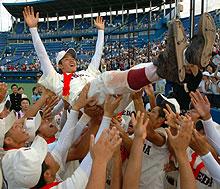 延長11回221球を投げ抜いた早実のエース斎藤はナインから胴上げされた(撮影・柴田隆二)