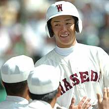 6回裏早実1死、斎藤は本塁打を放ちナインの祝福に笑顔(撮影・藤尾明華)