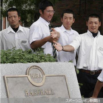 野球発祥の地記念碑前で記念写真に収まる選手たち。左から八重山商工・金城、駒大苫小牧・本間、早実・斎藤、東洋大姫路・林