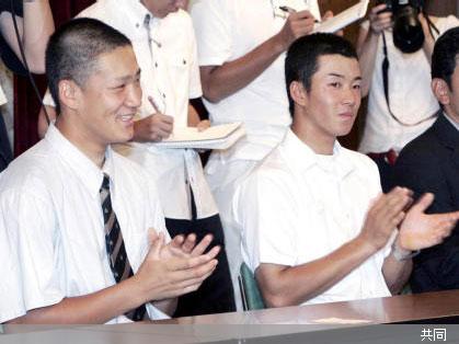 結団式で一緒になった今夏のライバル、早実・斎藤(右)と駒大苫小牧・田中 Photo By 共同