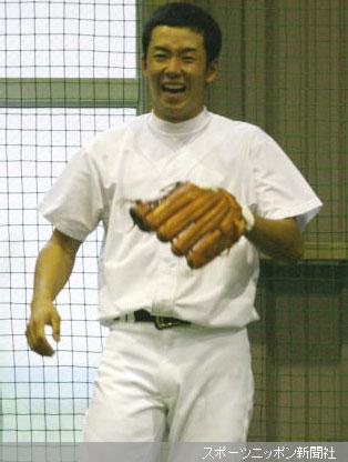 早実グラウンドの室内練習場で仲間とノックを受ける斎藤は、時折笑みをのぞかせリラックスムード