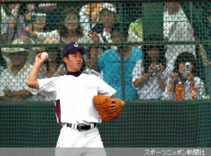 大勢の観衆の前でキャッチボールで肩をならす早実・斎藤
