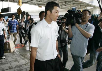 ニューヨークのJFK国際空港へ到着し、報道陣に囲まれる早実のエース斎藤佑樹投手
