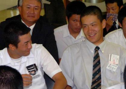 出発ラウンジで談笑する早実・斎藤(左)と駒大苫小牧・田中
