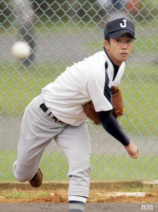 試合を翌日に控え、投球練習する早実の斎藤 Photo By 共同