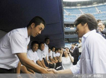 ヤンキースの松井秀(右)と握手する早実の斎藤投手