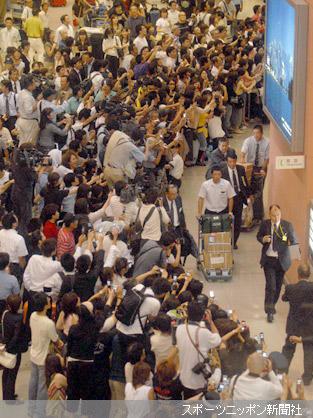 早実・斎藤(中央)、駒大苫小牧・田中(右)ら日本チームの帰国に大勢のファンが集まった