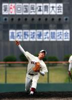 国体のマウンドに立ち投球練習をする早実・斎藤=高砂球場(撮影・立川洋一郎)