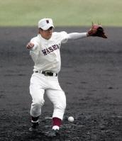 四回、足に打球を受け体のバランスを崩す早実・斎藤投手=高砂市野球場