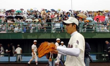 試合終了後、斉藤投手(手前)を一目見ようと詰め寄る観客=高砂市野球場で1日、梅村直承写す