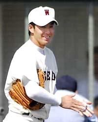 早実―静岡商 9回、勝利目前で観客の応援に笑顔を見せる早実先発の斎藤=高砂市野球場