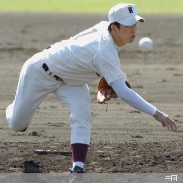 静岡商戦で力投する早実先発の斎藤 Photo By 共同