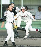 2回、早実の斎藤が田中から中前打を放つ