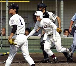 早実-駒大苫小牧 4回表早実2死二塁、斎藤が駒大苫小牧・田中(左)から右前へ先制打を放つ=高砂市野球場