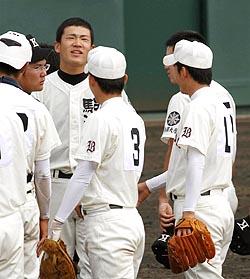 夏の高校野球に続き早実・斎藤(1)に敗れた駒大苫小牧・田中(左奥)=高砂市野球場